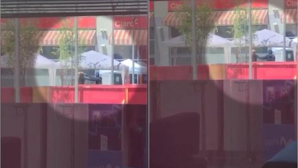 Asalto en Mall Plaza Oeste: Graban momento en que persona es encañonada por delincuente