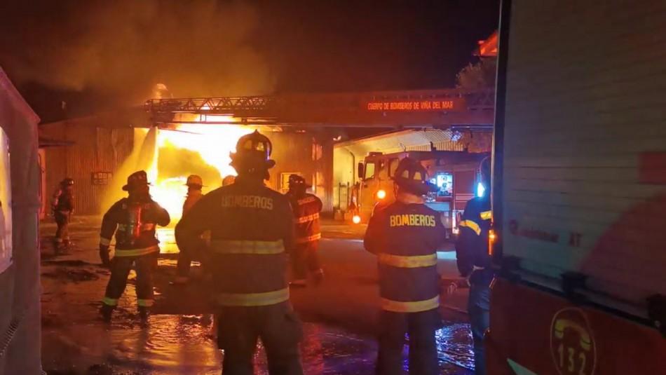 Video muestra explosión en violento incendio que afectó a bodega de detergentes en Concón