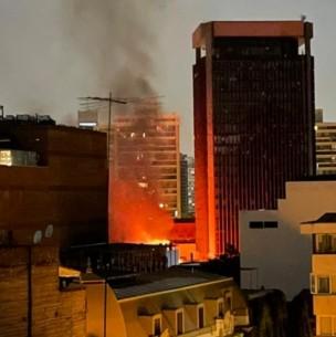 Incendio afectó a oficinas del Sernam y la Defensa Civil en el barrio Lastarria
