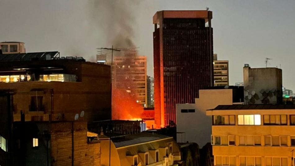 Incendio afectó a oficinas del SernamEG y la Defensa Civil en el barrio Lastarria