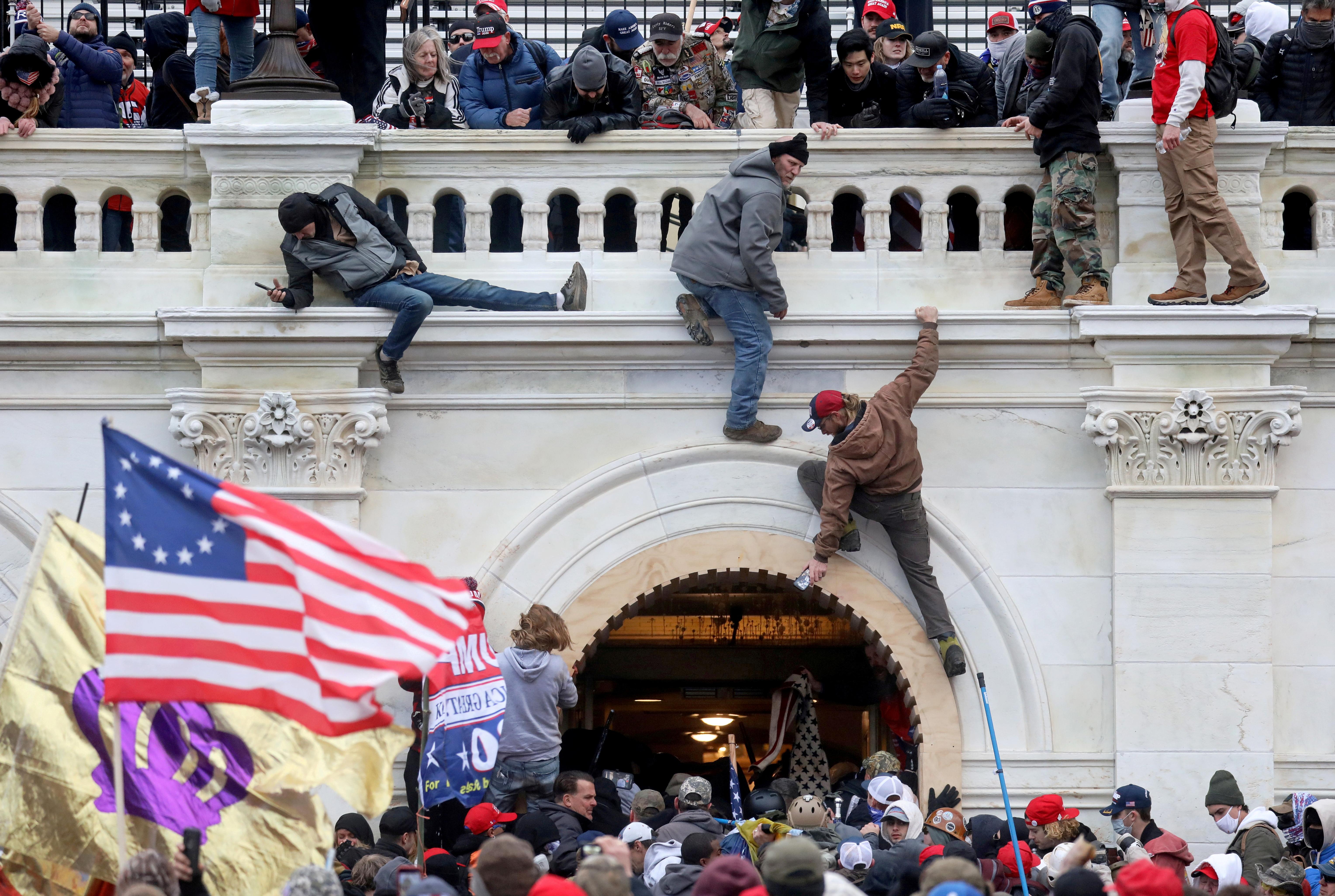 Adherentes de Trump tomándose el Capitolio en enero de 2021