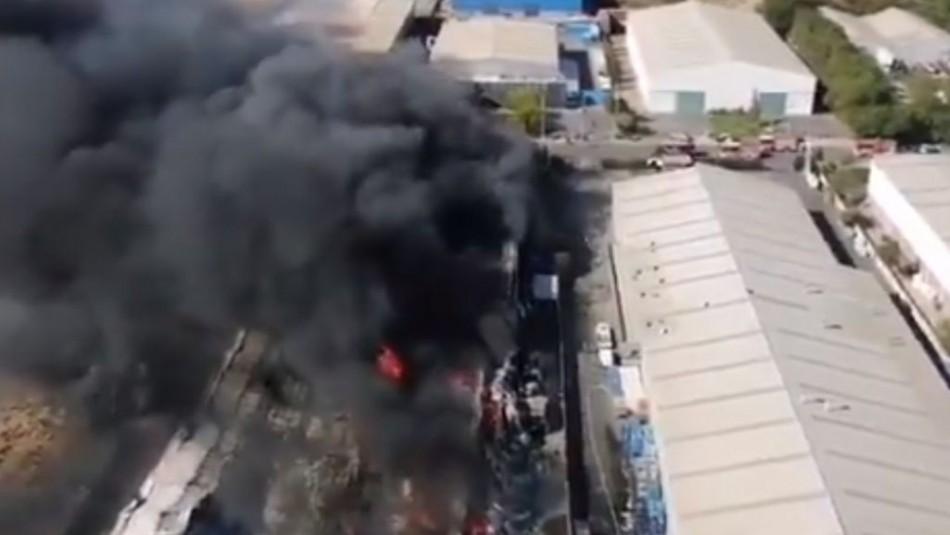 Videos registran incendio de gran proporción en fábrica de químicos en la comuna de Colina