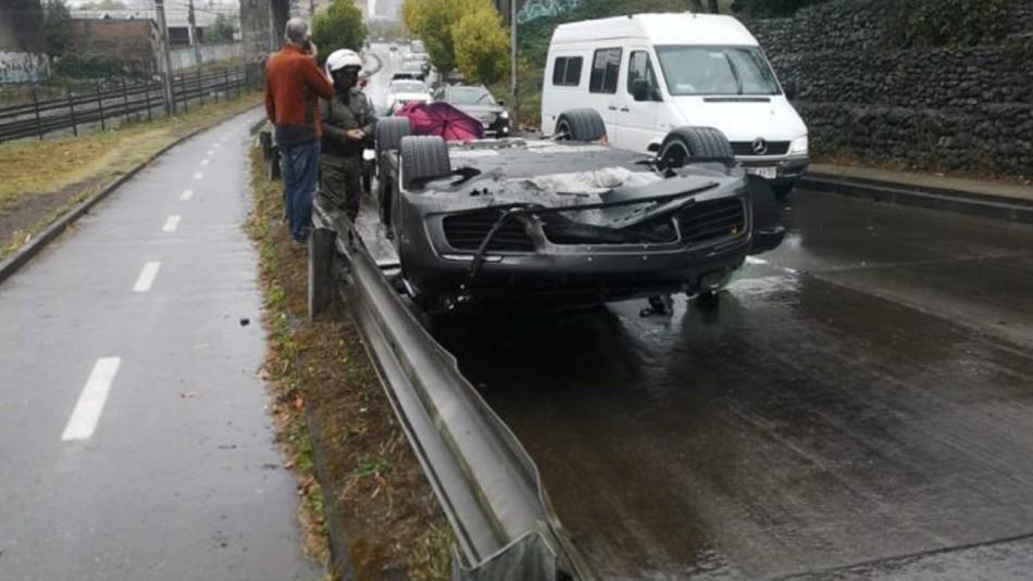 Porsche terminó volcado en Concepción.