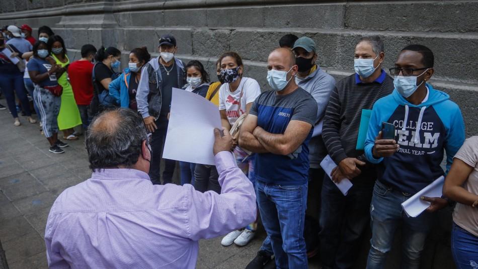 Largas filas de extranjeros en el centro de Santiago tras promulgación de Ley de Migraciones