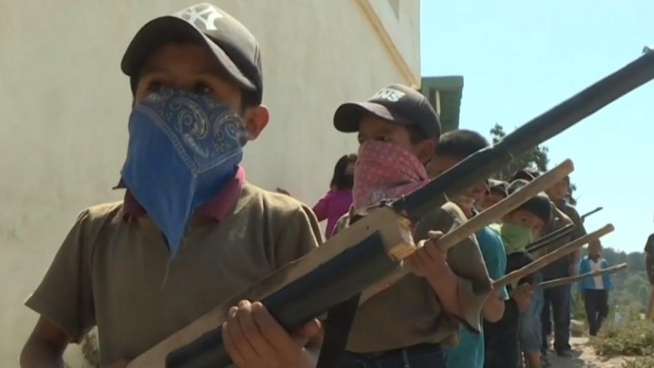 [VIDEO] Niños son entrenados con armas para defenderse contra los narcos en México