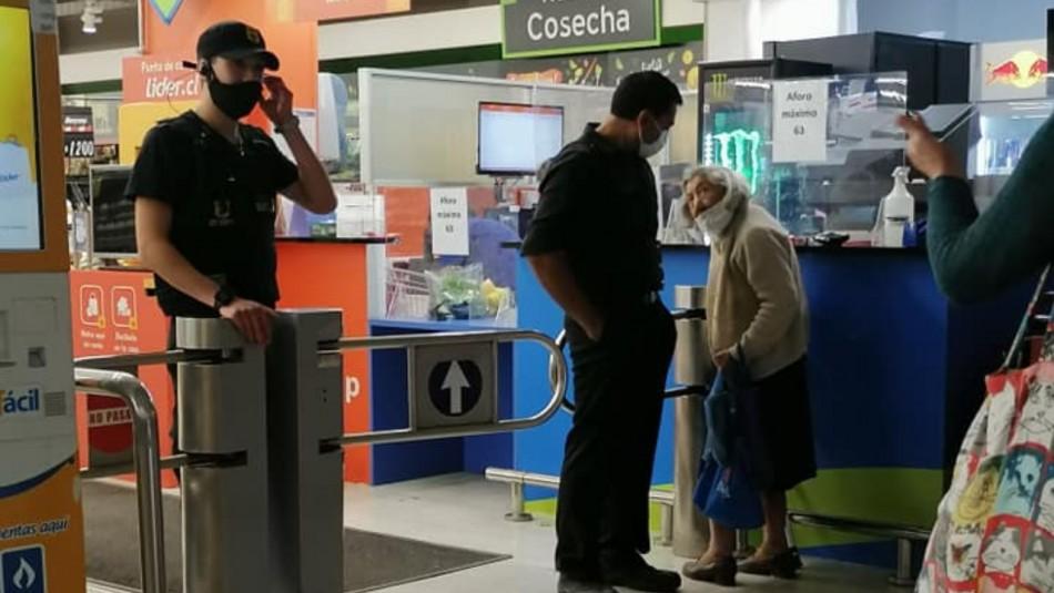 Abuela de 100 años no fue dejada entrar a supermercado: Prensa internacional destaca la polémica