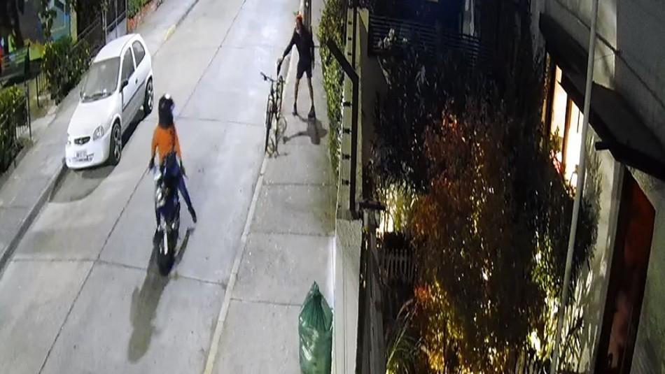 Motochorro asalta a ciclista y luego devuelve el celular porque