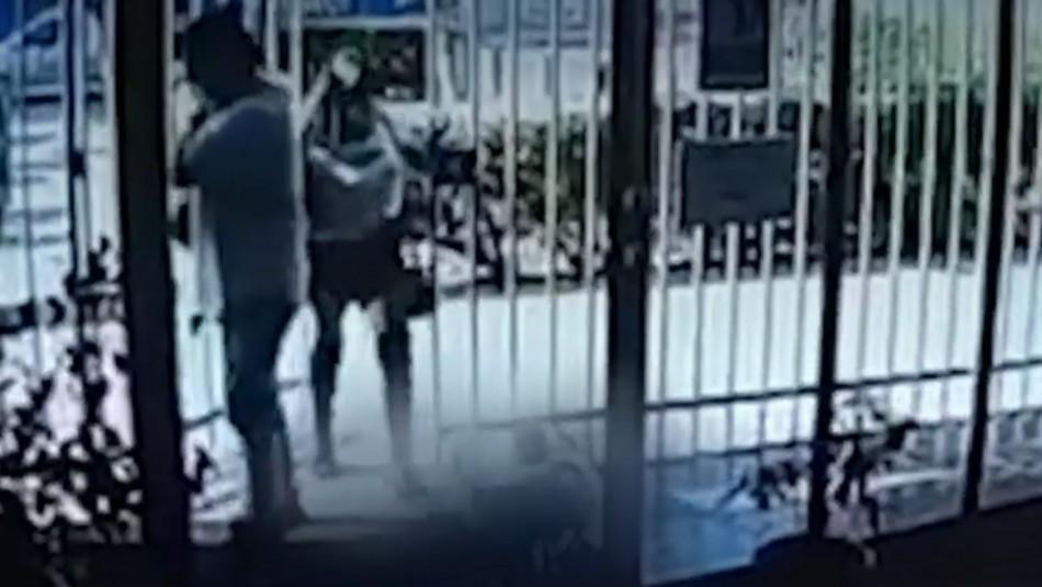Mujer golpea a perro y agrede a conserjes de edificio.