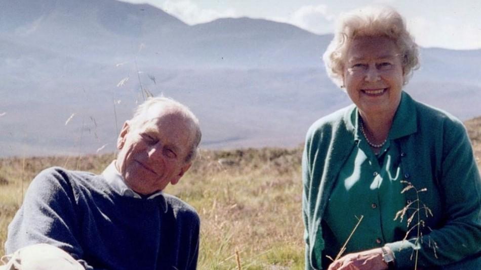Isabel II comparte inédita fotografía con el duque de Edimburgo a horas del funeral de su esposo