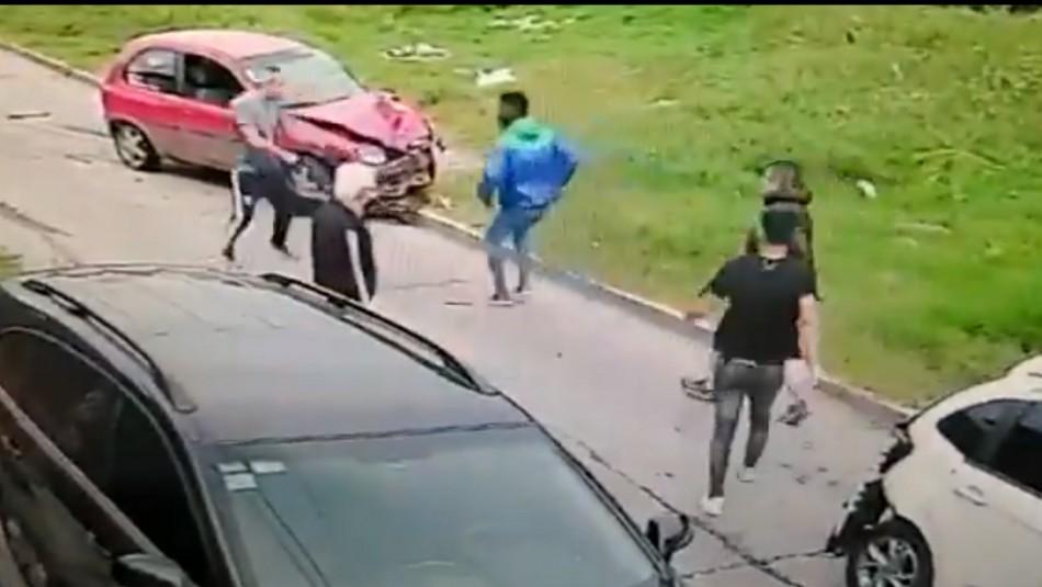 Hombre ayuda a su vecino a frustrar un asalto con puñetazos y patadas
