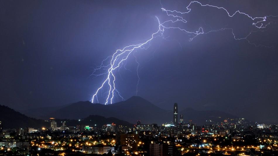 Meteorología emitió aviso de probables tormentas eléctricas entre Coquimbo y Santiago
