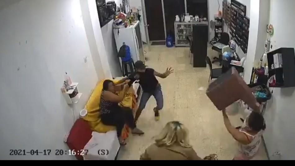 Mujeres se enfrentan a golpes a ladrón y frustran robo en un salón de belleza