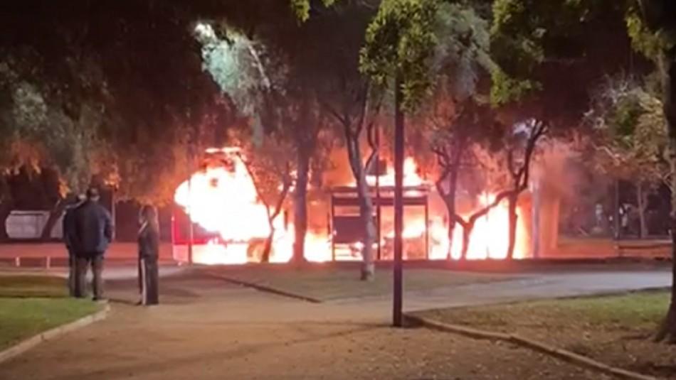 Cuatro desconocidos queman bus del Transantiago en Cerrillos