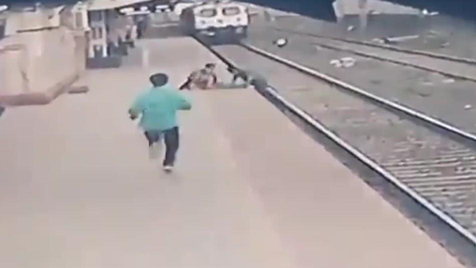 Hombre se viste de héroe y rescata a un niño que cae a la línea del tren en India