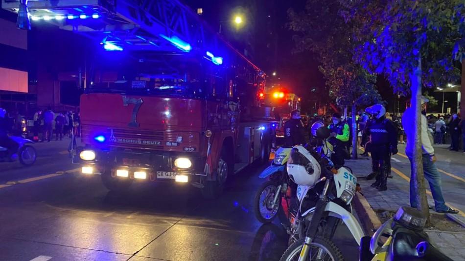 Bomberos rescata a hombre lesionado tras incendio en departamento de Santiago Centro