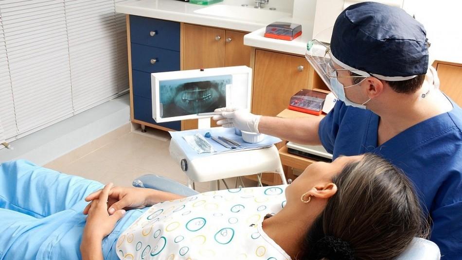 Estudio revela que personas con problemas de encías son más propensas a padecer hipertensión