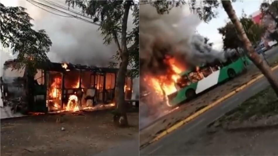 [VIDEOS] Manifestaciones en Santiago: Bus resulta quemado en Villa Francia