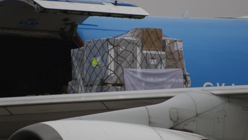 Llega a Chile primer cargamento de vacunas de AstraZeneca: Son más de 158 mil dosis