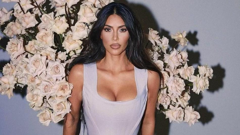 Este es el atrevido look que tiene Kim Kardashian para estudiar sus textos de leyes
