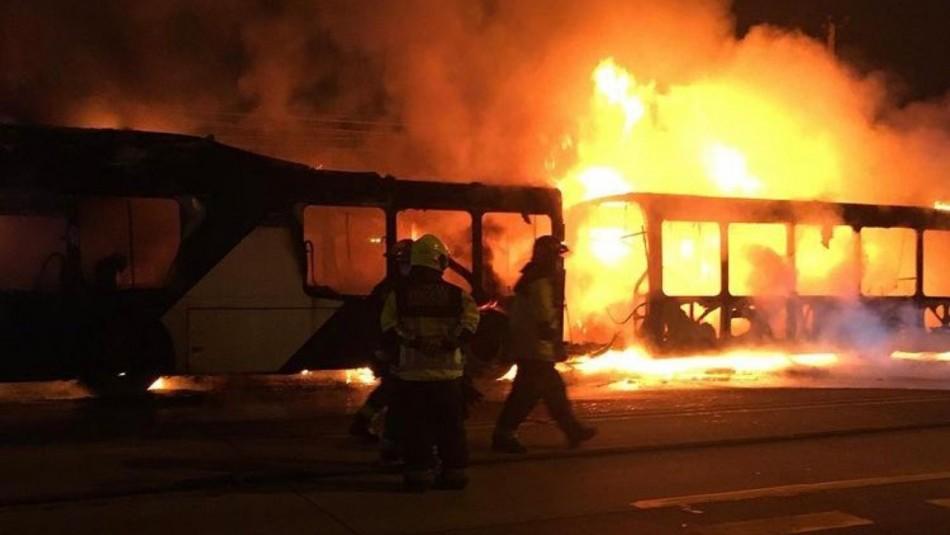 Bus del Transantiago es quemado por desconocidos en San Joaquín: Es el cuarto de la semana