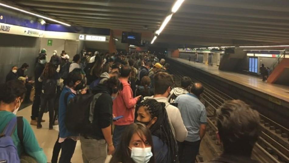 Metro informa que línea 4 está detenida por