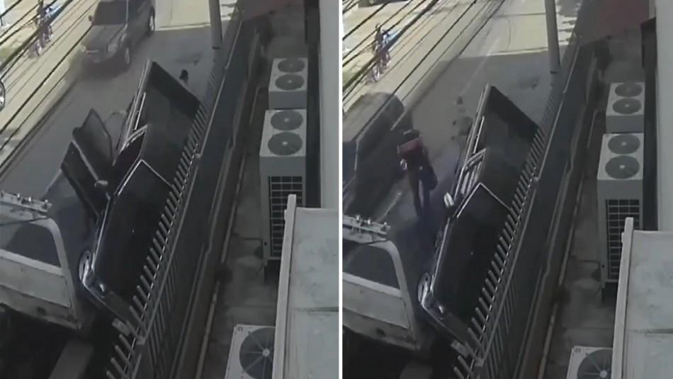 Un conductor de grúa muere aplastado mientras remolcaba camioneta mal estacionada