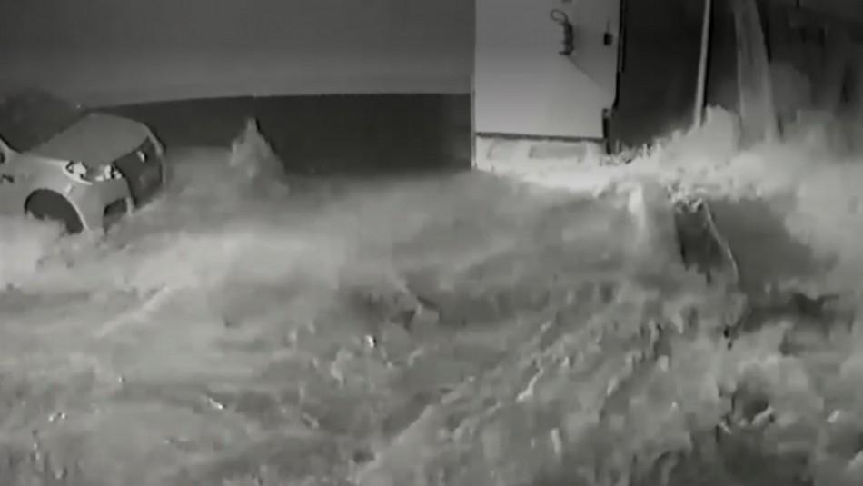 Piscina se derrumba e inunda el estacionamiento de lujoso edificio en Brasil