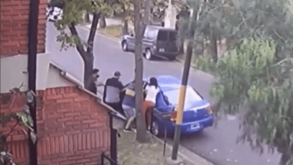 Madre realiza arriesgada maniobra para salvar a su hijo.