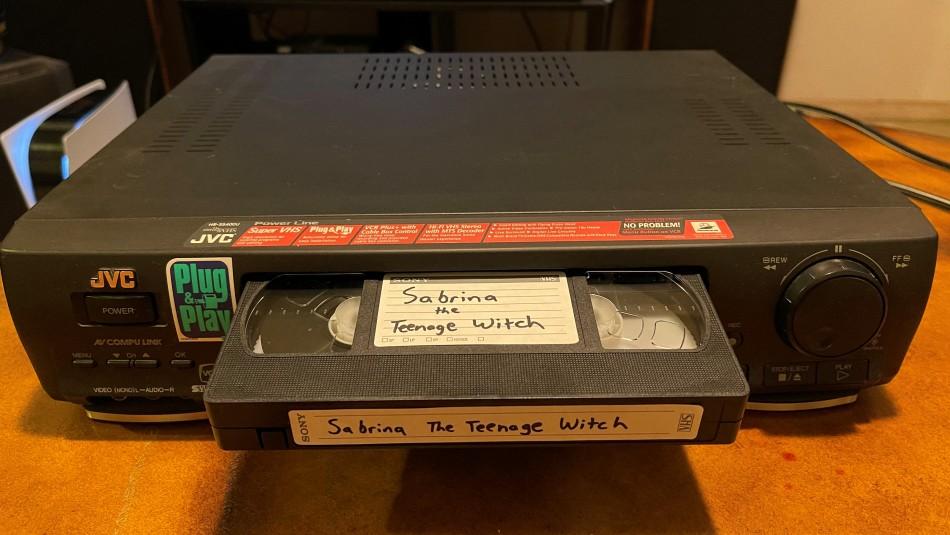Mujer envuelta en delito por no devolver película VHS.