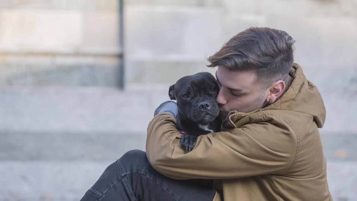 Dueño abrazando su perro