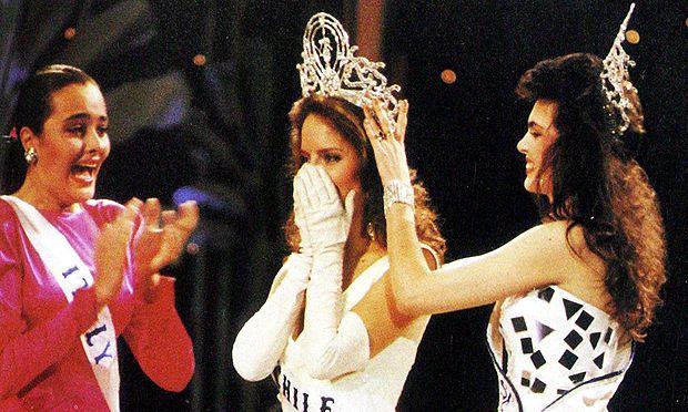 Cecilia Bolocco coronándose Miss Universo
