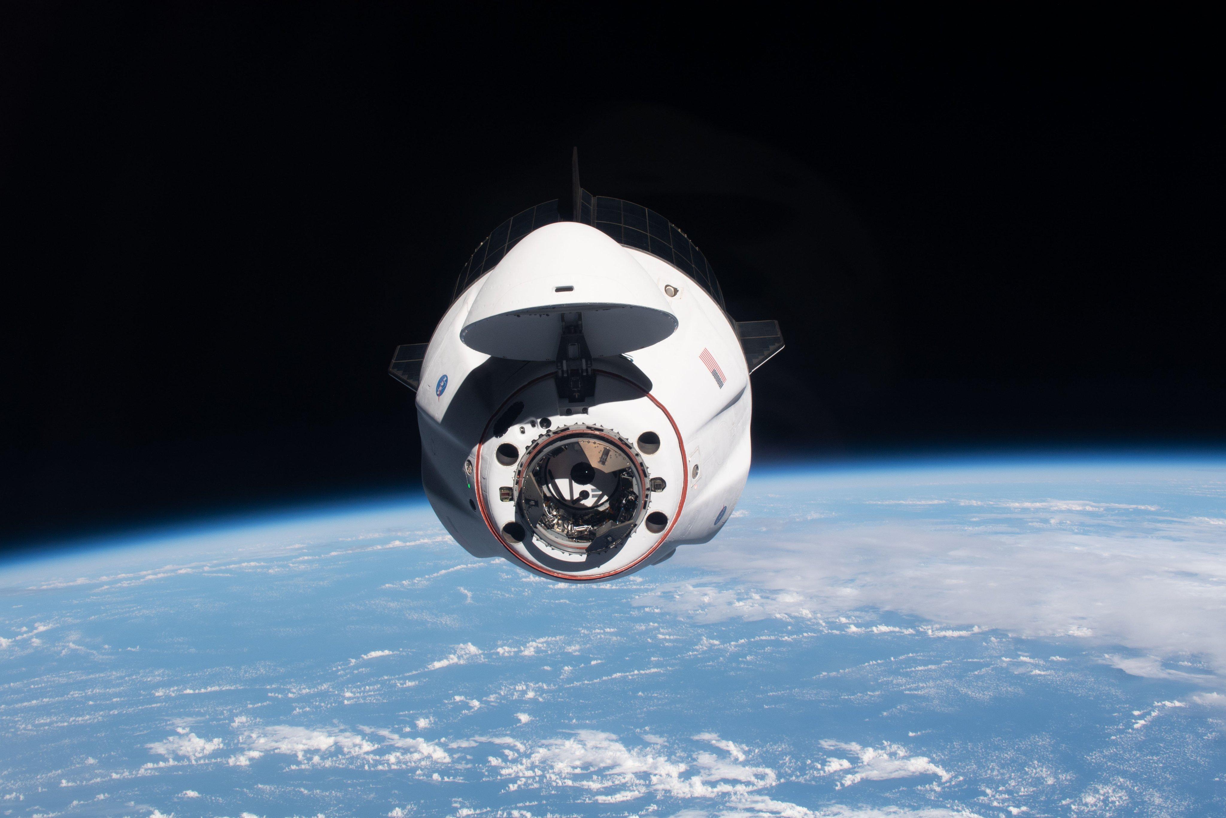 Nave del Equipo Dragón 2 cerca de la Estación Espacial Internacional