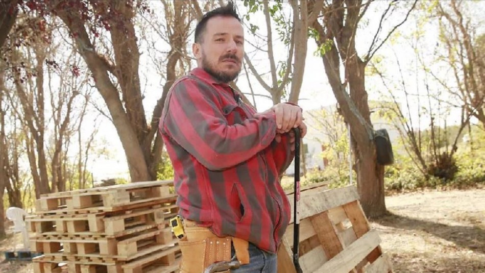 Gonzalo Egas cuenta su nueva vida construyendo muebles con madera de pallets