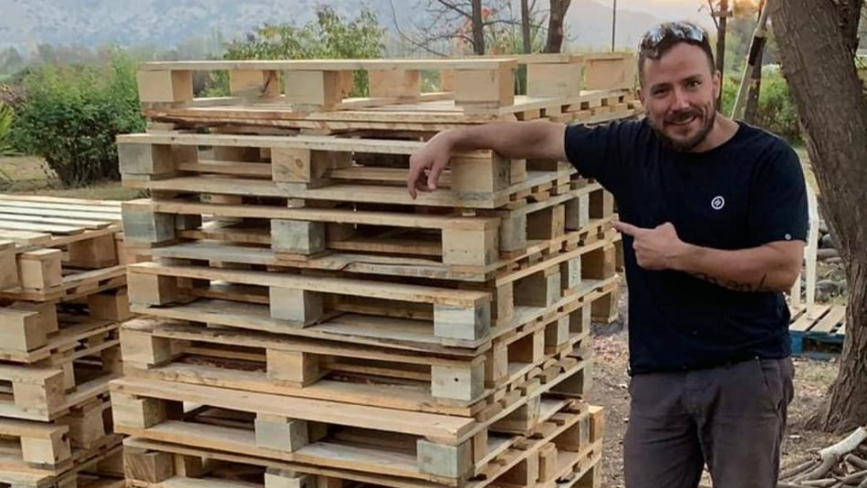 Gonzalo Egas se reinventa y construye los muebles de su casa con pallets