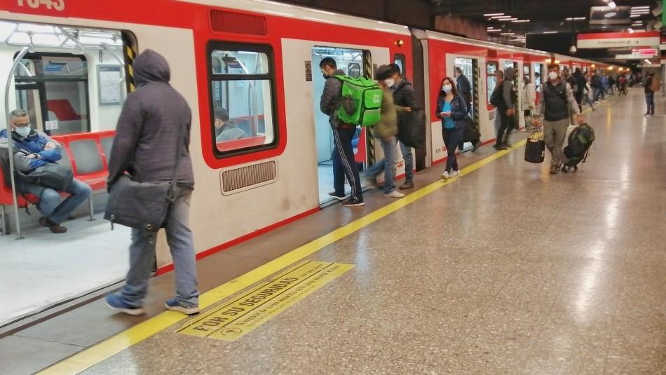 Metro con línea 2 suspendida en estaciones por falla eléctrica.