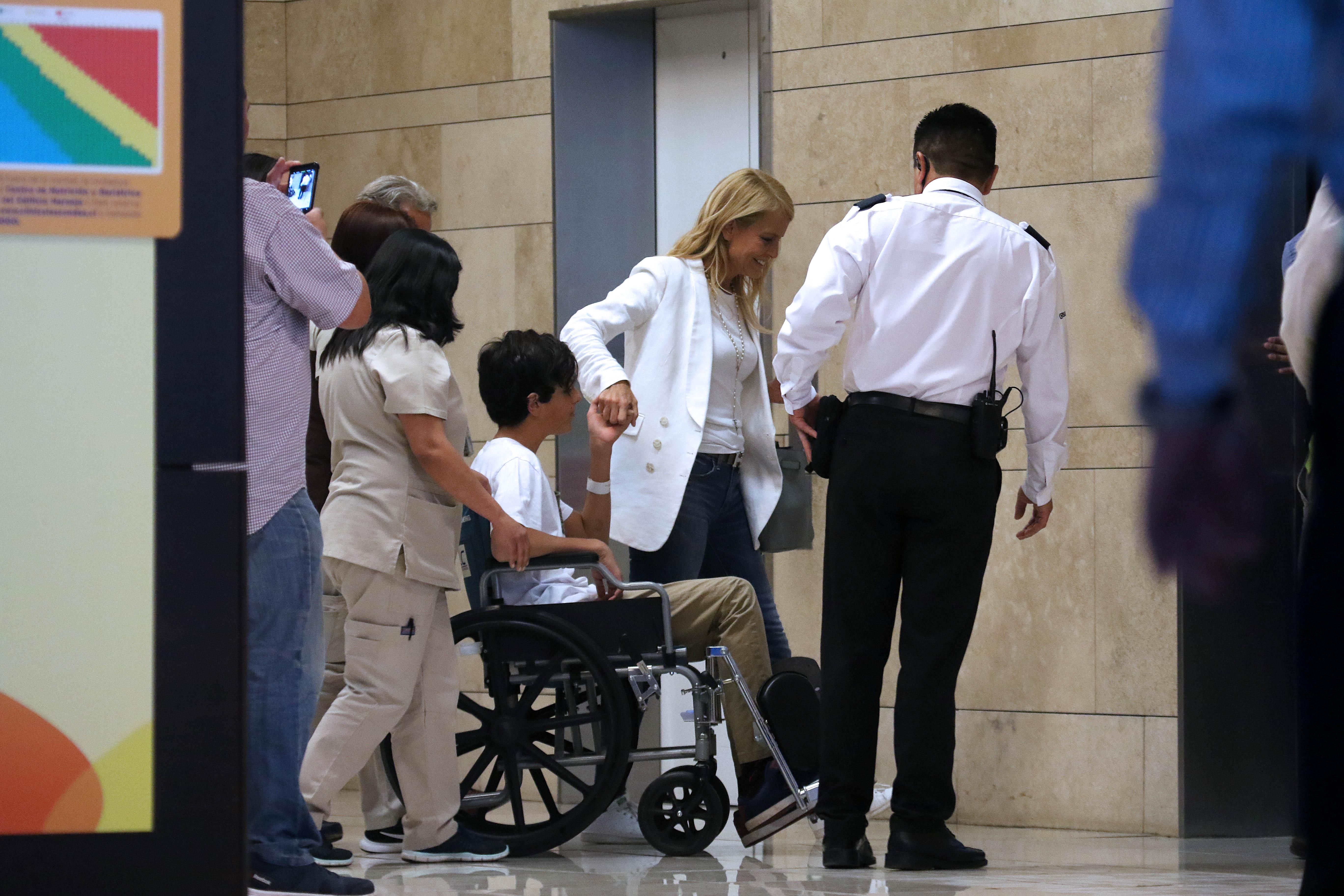 Cecilia Bolocco en la clínica con su hijo