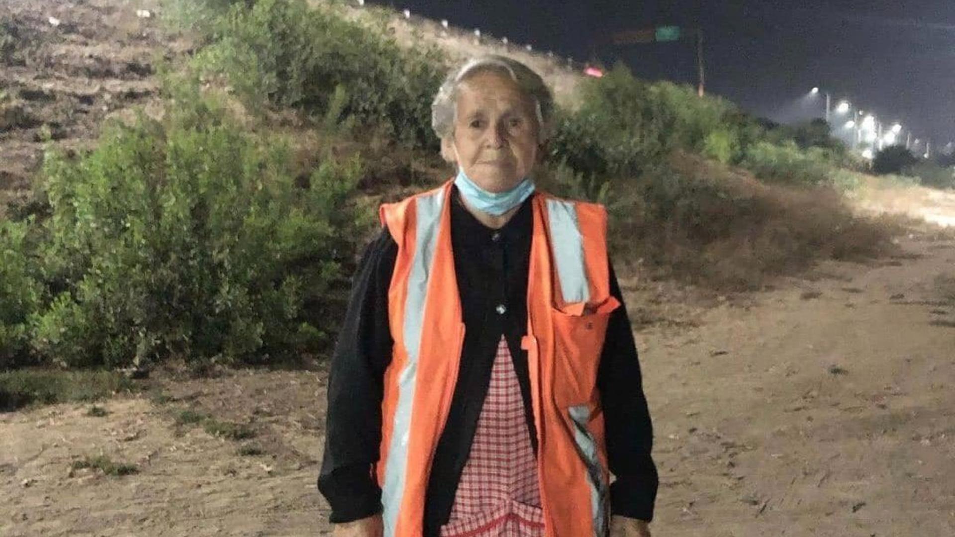 Amalia controlando el tráfico en Melipilla