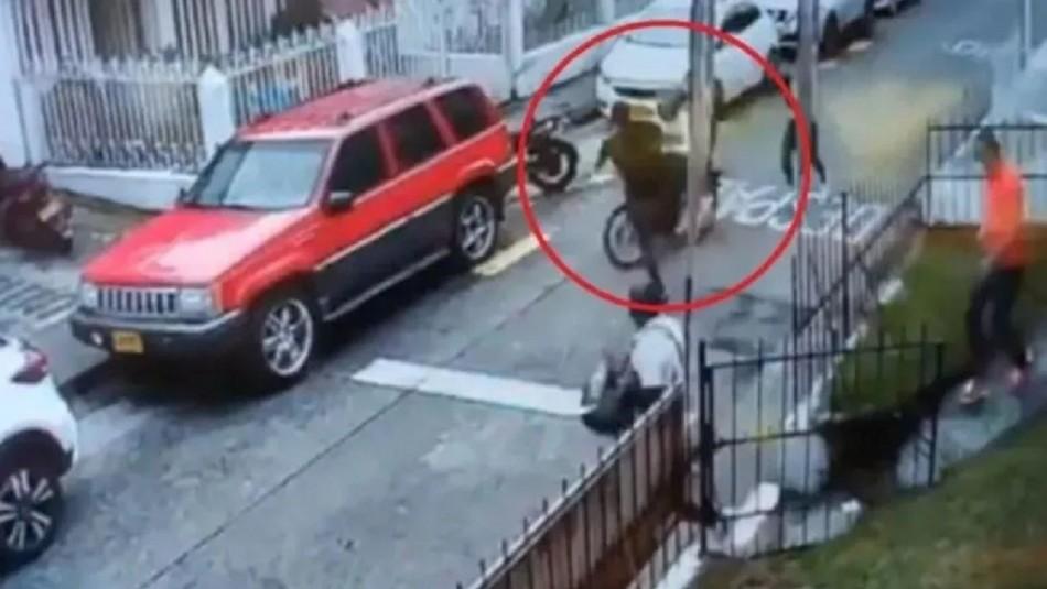 Con increíble patada voladora hombre detiene escape de dos motochorros