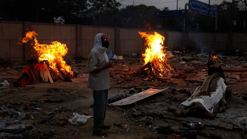 India: Tuvo que llevar en brazos y al cementerio el cuerpo de su esposa durante 3 kilómetros
