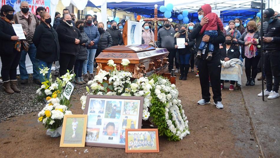 Caso Emilio: entre aplausos despiden los restos del niño asesinado en Longaví