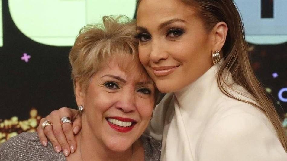 Así se roba el show la mamá de Jennifer Lopez en el escenario: Confirma que también canta