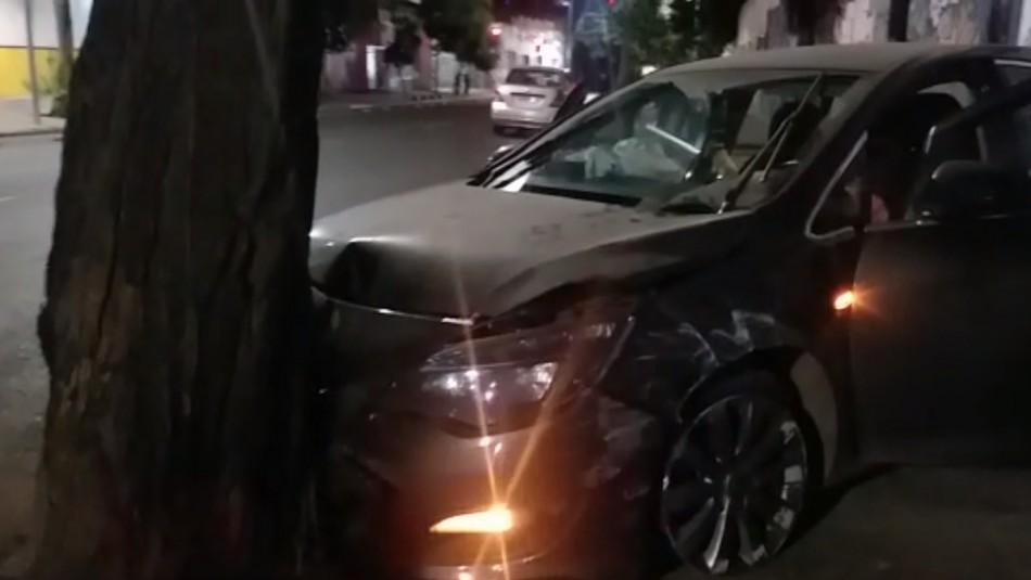 Delincuentes se niegan a control policial, escapan y chocan contra un árbol en Santiago Centro