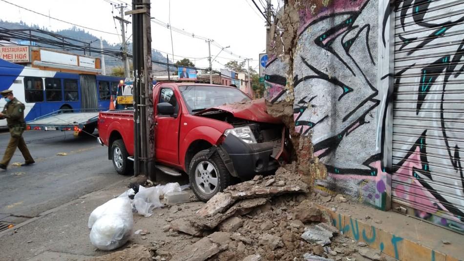 Conductor deja camioneta incrustada en una casa y se fuga: copiloto volvió por los documentos