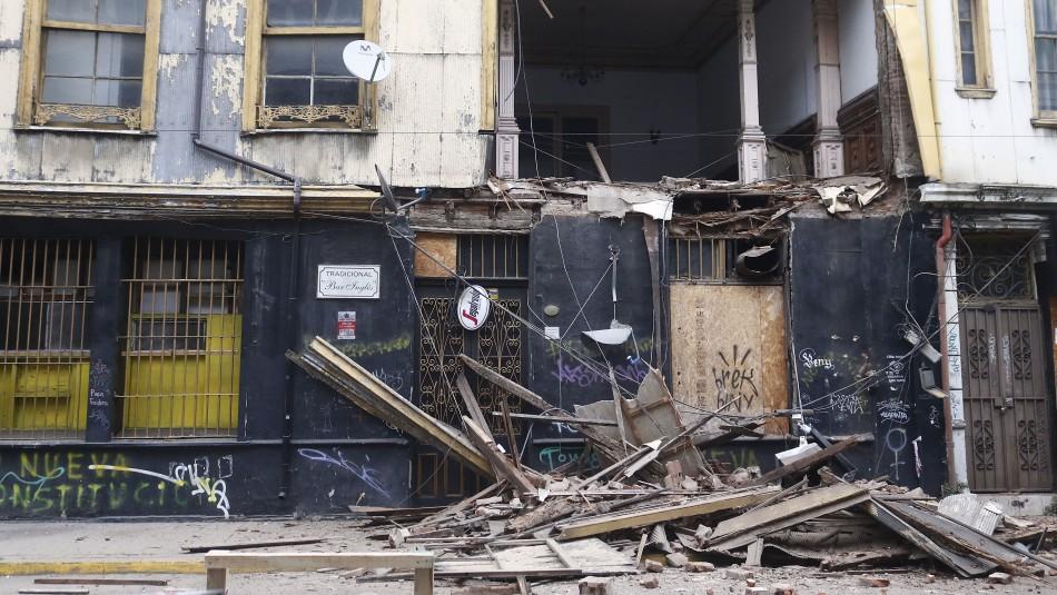 Derrumbe afecta a fachada de tradicional bar de Valparaíso: estructura será demolida