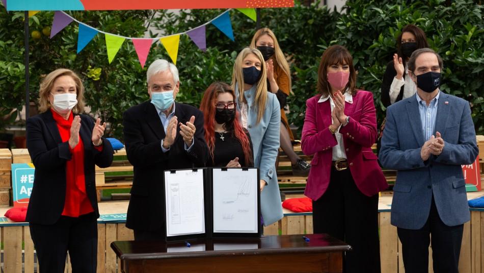 Justo el Día de la Madre: Presidente promulga ley que permite cambiar el orden de los apellidos