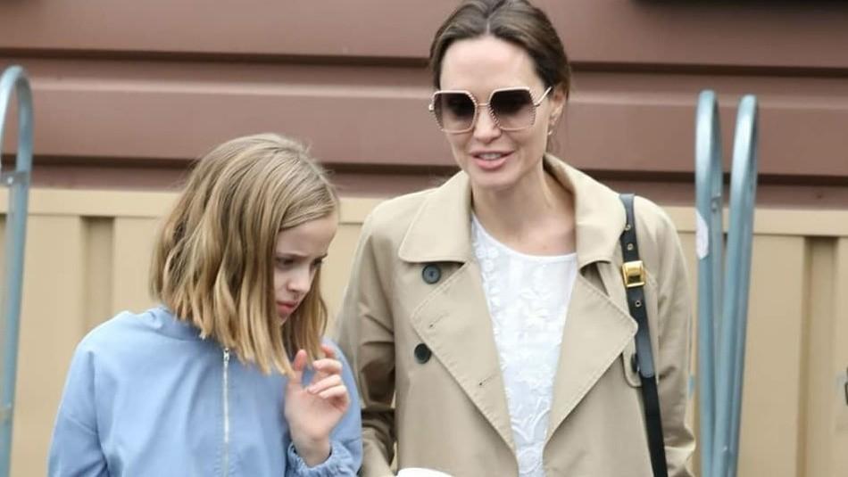 Angelina Jolie luce elegante vestido y nuevo peinado para ir de compras con su hija Vivienne