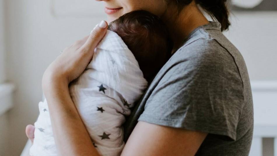 Bebé muere tras quedar 'olvidada' por su madre durante más de 7 horas en el auto