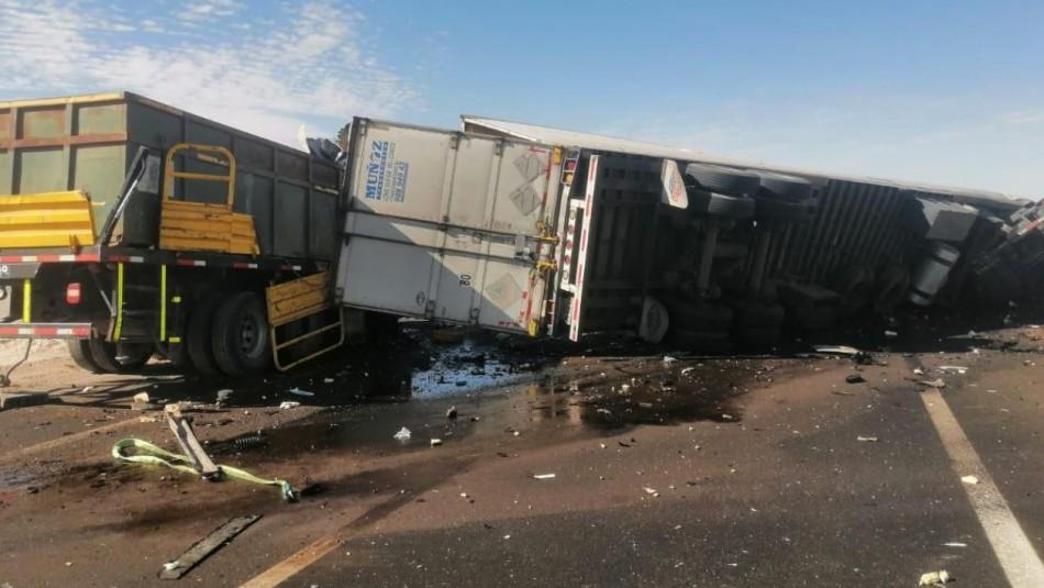 Al menos tres personas fallecieron en colisión frontal de camiones en la Región de Antofagasta