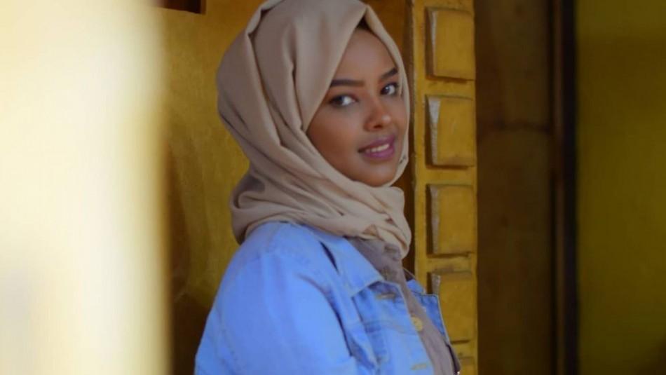 Modelo musulmana es detenida por posar sin velo y la quieren someter a