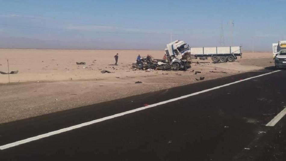 Dos menores y dos adultos mueren tras colisión de vehículo con camión en Ruta 5 Norte